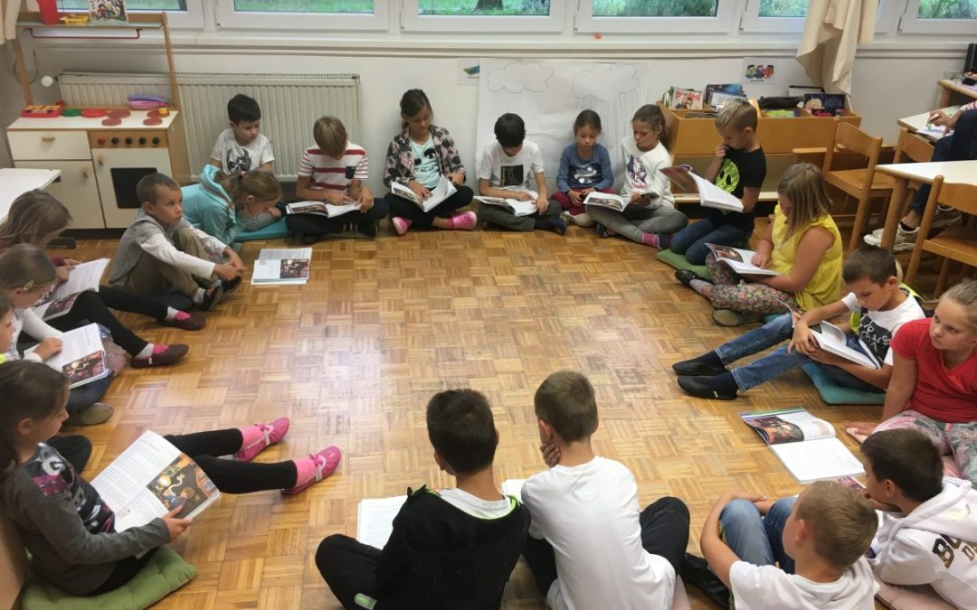 Učenci 3. b berejo skupaj s prvošolčki